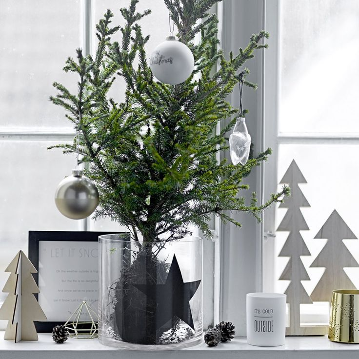 Designed by Danish brand Bloomingville, this wooden decoration in the shape of a tree is perfect to decorate your windowsill, shelf or table setting. Its minimalist design adds a touch of Scandinavian elegance to your Christmas.