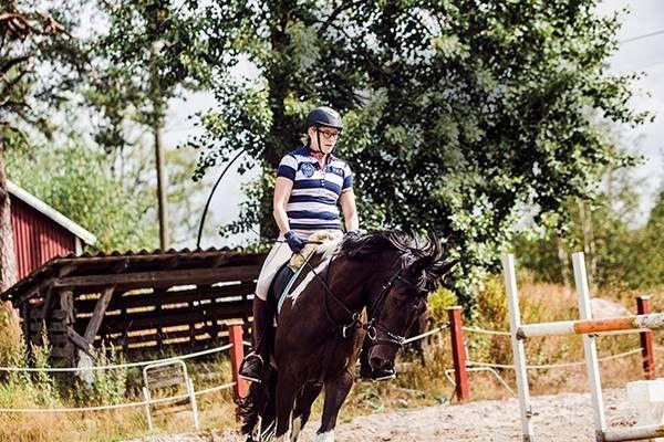 Hevoset ja ratsastus tuovat sisällön Katja Ståhlin elämään. Hän ei muista mitään vuosilta, jolloin ei ratsastanut. Ainoa haittapuoli lajissa on raha: vain rikkaat pääsevät pitkälle.