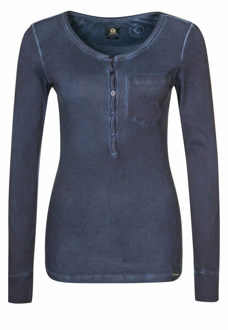 Geef je outfit een zelfbewuste, sportieve touch – met de blauwe longsleeve OUTFITTER van Kuyichi.