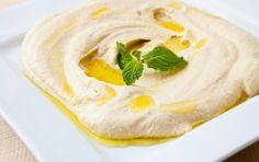 Bra hummus-recept! Börja med att mixa tahini och citronsaft, lite kikärter i taget.