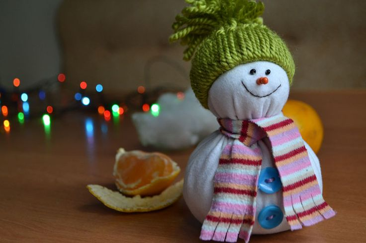 Из чего можно и как сделать снеговика. Чем набить игрушку. Из чего можно сделать нос снеговику. Видео: Как сшить снеговика. Готовимся к Новому году вместе!