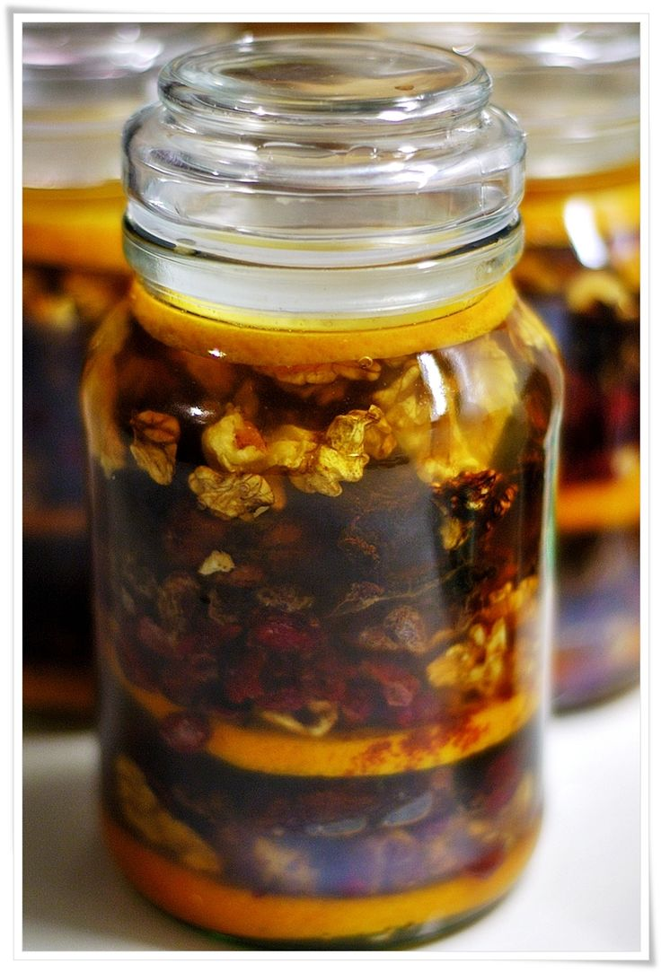 Nalewka Bozonarodzeniowa....1/2litra spirytusu  1 szklanka przegotowanej wody  10dag fig suszonych  10dag daktyli  10dag suszonych śliwek  10dag suszonych moreli  10dag rodzynek   10dag suszonej żurawiny  10dag obranych orzechów włoskich   10dag imbiru ( świeży w plasterkach lub kandyzowany)  1 pomarańcza  cynamon, goździki, kardamon  25dag cukru (ja używam brązowego)Bakalie pokroić, usunąć pestki. Pomarańczę wyszorować i pokroić w plastry. Ułożyć wszystko warstwami w słoiku przesypując…