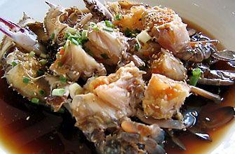"""「カンジャンケジャン」 カンジャンケジャンとは、ニンニクなどの野菜を刻みいれた醤油ベースのタレに漬けて熟成させた""""カニの醤油漬け""""です。ご飯のおかずとして食べてもいいし、もともと醤油ベースの濃い目味なので、お酒のおつまみにもぴったりな一品です。   一般的な材料 ・ワタリガニ  ・ネギ    ・ヤンニョムの材料   -水   -だし昆布   -醤油   -砂糖   -ニンニク   -しょうが カンジャンケジャンの作り方 ①ヤンニョム材料をお鍋に入れ、沸騰したら昆布を取り出し、強火で20分煮ます。  ②20分したら火を止め、常温で冷まします。  ③ネギを5センチにカットし、更に縦に半分に切ります。  ④生きたワタリガニとネギをタッパーに入れます。  ⑤冷ましたタレをワタリガニの上から、たっぷりかけます。  ⑥タッパーにふたをし、冷蔵庫で2日間置いて出来上がりです。   <ポイント> スライスしたレモンを一緒に入れると香りもよくなります。  生きたワタリガニは、ハサミの力が強いので、出来れば輪ゴム等でハサミを括るようにお店屋さんに頼んでおくと安全です。"""