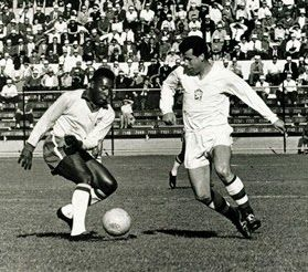Two Greats, face each other : Pelé (Brazil, 1957–1971, 92 caps, 77 goals) and Josef Masopust (Czechoslovakia, 1954–1966, 63 caps, 10 goals).