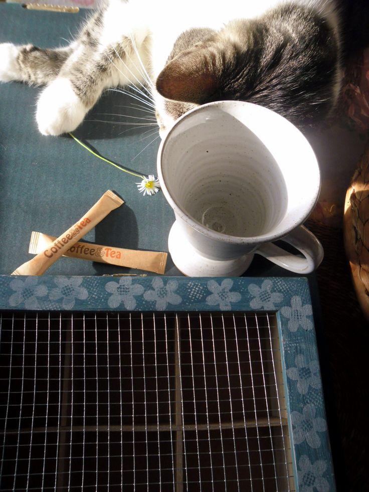 čas na čaj krabička na čaj se6 přihrádkami malovaná a zdobená šablonováním akrylovými barvami, přelakováno velikost : 16 x 21 x 8 cm Čaj ze mne uvolňuje nápady, které dřímají v hlubinách mé duše. Lev Nikolajevič Tolstoj