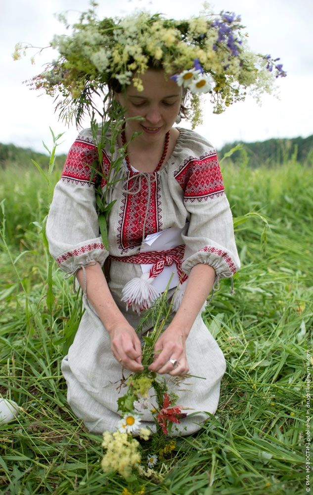A few pictures of celebration of summer solstice days in the Kaluga region of Russia. It's where one feels like being in the past.