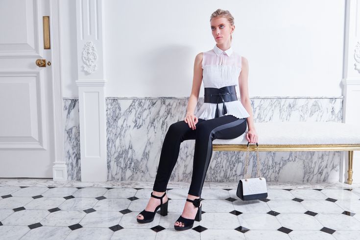 The Sporty-chic theme of the Spring Summer Anne Fontaine 2017 collection, mixes the effects of updated materials and styles: pleated blouses, black leggings...