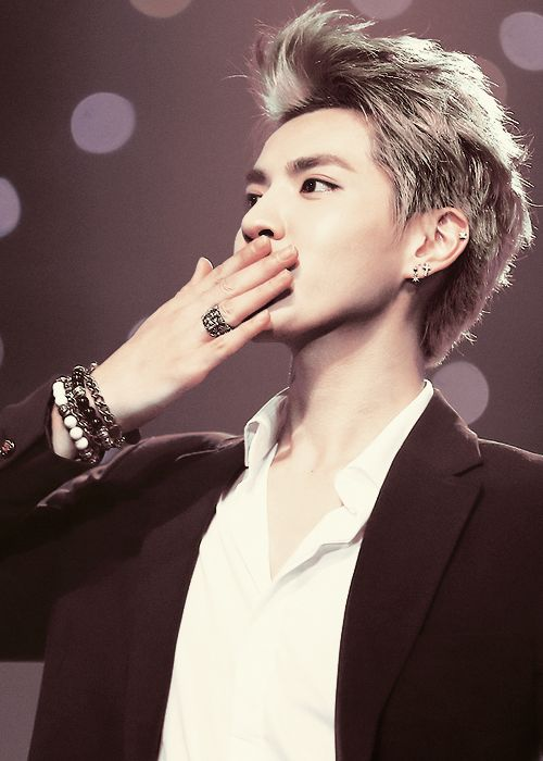 """Kris: """"A kiss to all the beautiful ladies out there"""" ♡ XD"""