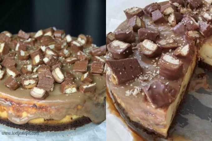Deze cheesecake met Twix kost wat meer moeite, maar als je de foto ziet, geloof je meteen dat dat het waard is! Maak deze taart ruim van tevoren, want de taart moet ongeveer anderhalf uur in de oven en dan nog minimaal vier uur in de koelkast.