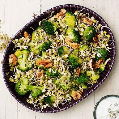 Rå broccoli, kan man äta det? Absolut! Särskilt om du först lägger den i en plastpåse, tillsätter olja, salt och sedan masserar utanpå påsen tills broccolin mjuknar något. Blanda med färska böngroddar och ringla över en pikant ädelostdressing. Mums!