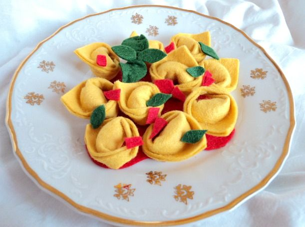"""Italské tortellini ( 2x jinak ) Italské těstoviny - tortellini s rajčetem a bazalkou, druhá varianta s houbami ( a s """" masovou náplní """" :-)) Hračka do dětské kuchyňky či obchůdku. Cena za: 10 kusů těstovin, rajskou omáčku, lístky bazalky, hrstku hub."""