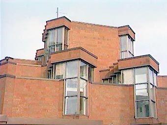 В 1979 году по соседству с особняком Игумнова было построено новое здание канцелярии посольства – очень современное, со складчатыми окнами, остроконечными эркерами и многочисленными углами. Однако, если приглядеться внимательней, нельзя не заметить очевидного сходства этого здания с другим известным сооружением – мавзолеем Ленина на Красной площади. Тот же темно-красный цвет фасада, те же ступенчатые очертания, по форме напоминающие усеченную пирамиду.
