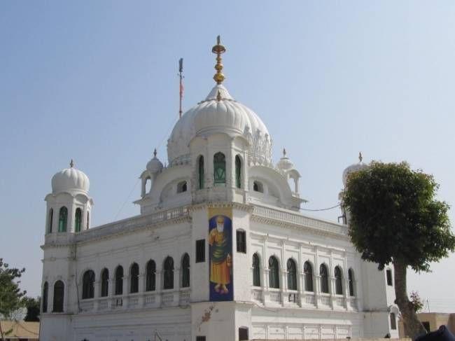 सिखों का पवित्र स्थल गुरुद्वारा करतार साहिब भारत-पाकिस्तान बॉर्डर पर मौजूद है. माना जाता है कि सिख धर्म के पहले गुरु गुरु नानक यहां 17 साल तक रुके थे और 1539 में इसी जगह पर उन्होंने आखिर�