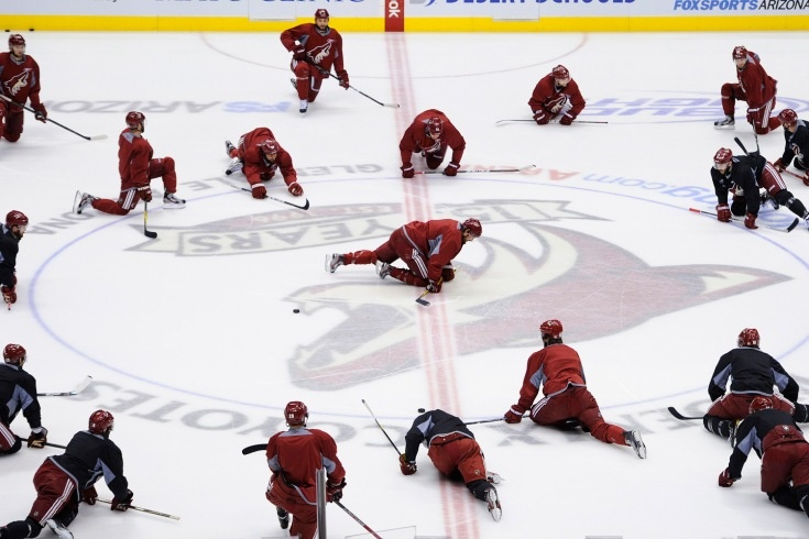 Phoenix Coyotes' captain Shane Doan leads the team while they stretch during their team practice in Glendale, Ariz.