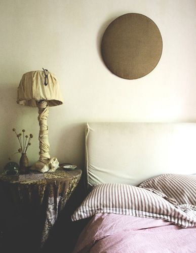 Simple bedlinen, muted colours, and nature's textures make this one very inviting bed. Styled by the ever-wonderful Pia Jane Bijkerk.