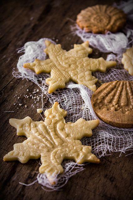Как превратить обычное песочное печенье в праздничное лакомство? Очень просто – с помощью ажурных салфеток! Можно взять пластиковые или связанные крючком…