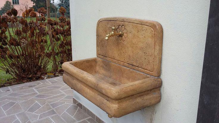 Lavello per esterno in pietra ricostruita, senza supporti, colore: old stone. Località: Giavera del Montello (Treviso)