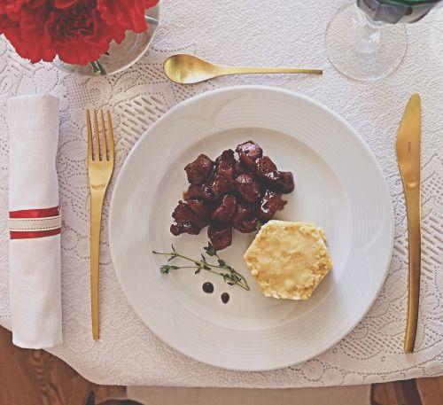 Белая сервировка - сервировка для особенных праздников, будь то юбилей близкого человека или годовщина свадьбы, в общем, для маленького домашнего торжества.  Вот думаешь, что может быть скучнее белой скатерти и красных гвоздик?? Но зеленые бокалы в стиле «арт деко», золотые столовые приборы, салфетки, хрусталь сразу преображают такой стол