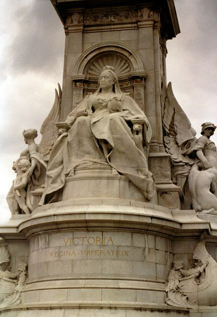 Queen Victoria Statue, Buckingham Palace, London, UK 。ビクトリア女王。バッキンガム宮殿。