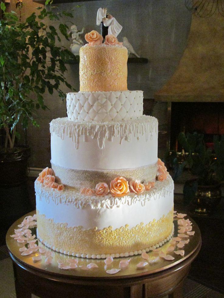 de mariage recouvert de crème au beurre, fondant et décoré de ...