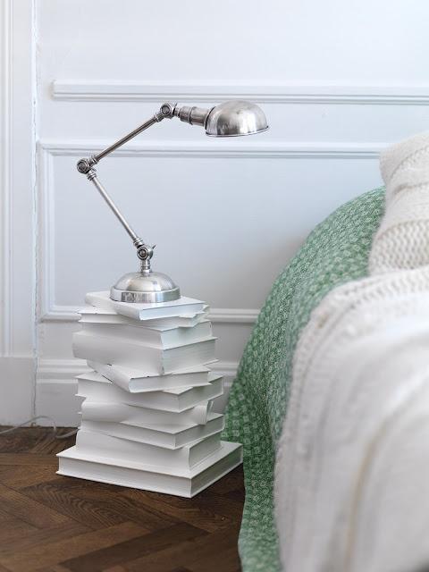 Een nachtkastje... Lijm enkele boeken aan elkaar, verf ze en klaar! Enkel deze foto