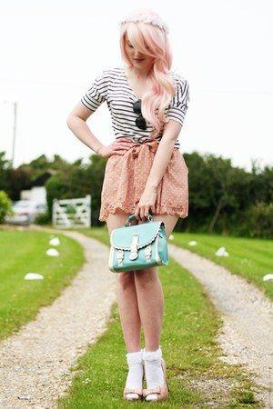vieira bolsa de detalle - camisa a rayas - Pantalones cortos de lunares - calcetines de encaje detalle