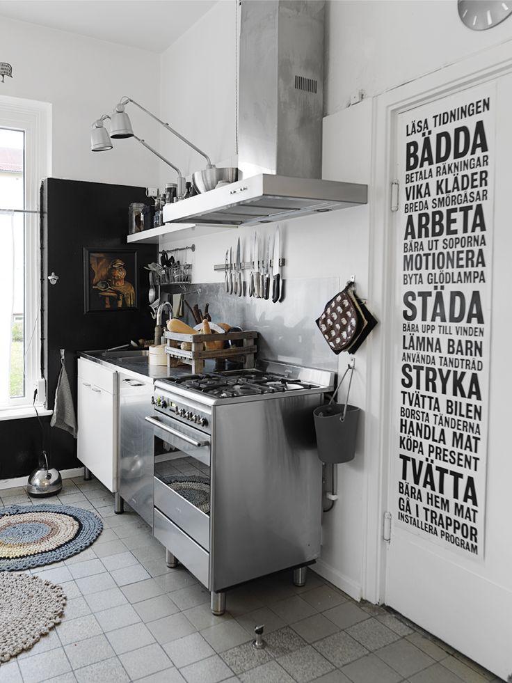 I köket spis från Smeg, köksfläkt Thermex. Vägglampor, Ikea.