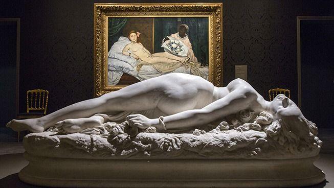 Auguste Clésinger, Femme piquée par un serpent, 1847, marbre, 56,5 x 180 x 70 cm, Paris, musée d'Orsay devant Olympia d'Edouard Manet , 1863, huile sur toile, 130 x 190 cm, Paris, Musée d'Orsay (Photo : Sophie Boegly).