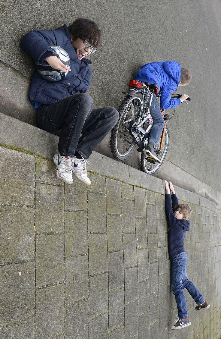 De straat, de richel, de rand, de lijn als terugkerend element in mijn Delayed servies: http://www.estherx.nl/delayed/