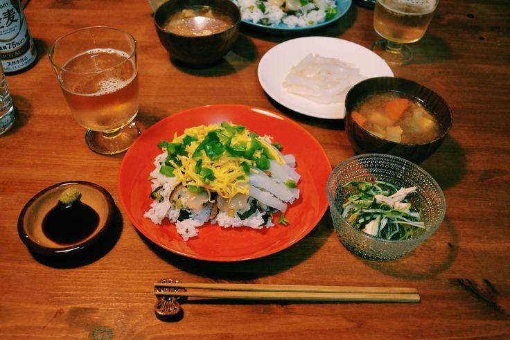 イカのお刺身でちらし寿司、ささみと三つ葉のポン酢和え、豚汁の夜ごはん。お刺身にできるスルメイカが売っていたのでちらし寿司にのせました。酢飯は先日届いた野菜の中に入っていた大根菜を混ぜ込んだ菜飯、しいたけ煮と刺身、錦糸卵、上に絹さやを散らしています。大根菜の菜飯は酢飯にしてもさわやかでおいしかった。スルメイカは2杯入りだったので、1杯の胴体はこのときお刺身にして、残ったのを翌日焼いてお弁当に入れて、もう1杯と下足は半分てんぷらにしてもう半分はいかたっぷりお好み焼きにと、いろいろ楽しんだイカ週間でした。でもちらし寿司で一番すきなのは錦糸卵と絹さやです。特に絹さや、シャリっとした歯ごたえとさわやかな風味が大好き。子供のころは嫌いだったのに、好きになったもののひとつです。