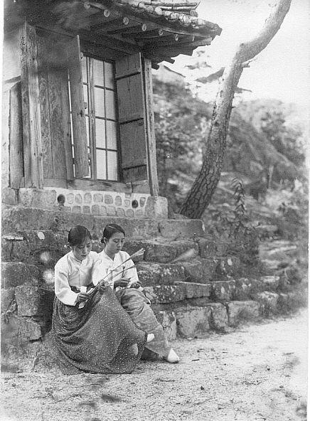 Photo by Jung hae chang, 1929, Sunbathing women in Korea