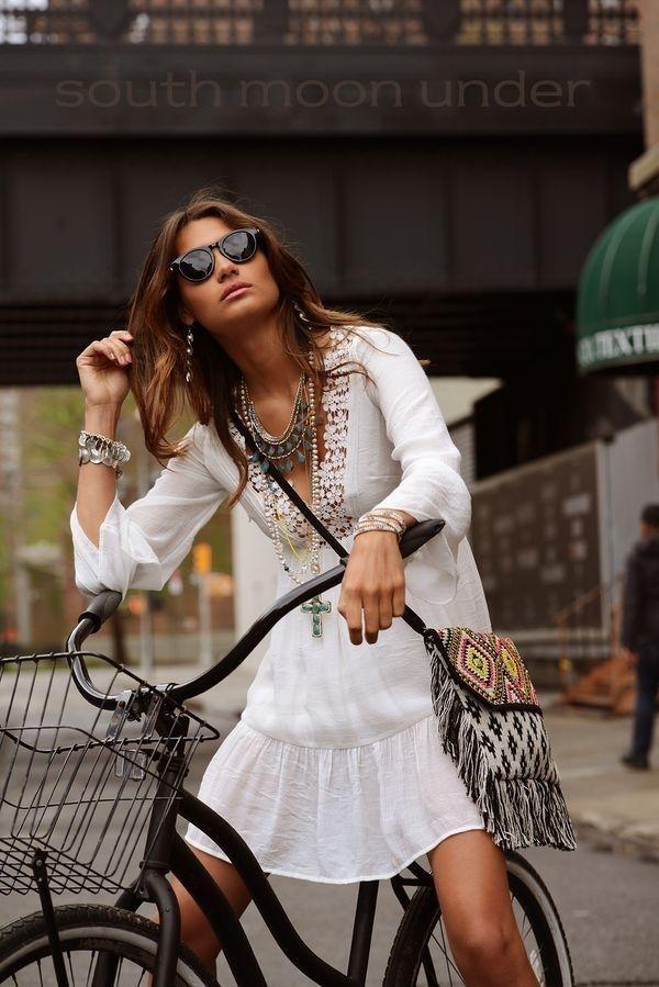 MAS VESTIDOS PARA ESTA PRIMAVERA-VERANO 2015 ESTILO BOHO CHIC Hola Chicas!!! El estilo Boho Chic otro de los look que nunca a pasado de moda desde la epoca de los hippies y tambien los estilos campestre, al igual que los de estilo 'folk'. Son uno de los must de verano y una de las prendas que podrás reutilizar en la próxima temporada de primavera-verano 2016. Tanto para un compromiso social como para un evento informal, el vestido largo es una buena opción. Pero ¡ojo! es una prenda un poco…
