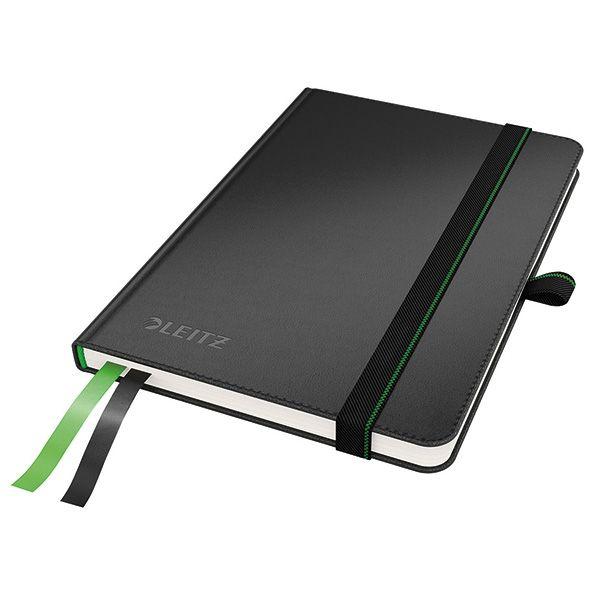 Leitz 4480 complete schrijfblok zwart A6 gelinieerd  |  Het Leitz A6 notitieboek met stevige zwarte kaft bevat extra zwaar 96 grams ivoorpapier. Het luxueuze opschrijfboek is tevens voorzien van een aantrekkelijk en aangenaam aanvoelende lederlook. Het notitieboekje bevat 2 stapels met plakbriefjes en 2 bladwijzers, zodat inhoud direct terug te vinden is.