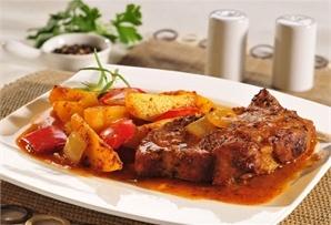 Karkówka z ziemniakami i papryką / Pork with potatoes and paprika - soczysta karkówka pieczona w woreczku z ziemniakami, papryką i cebulą