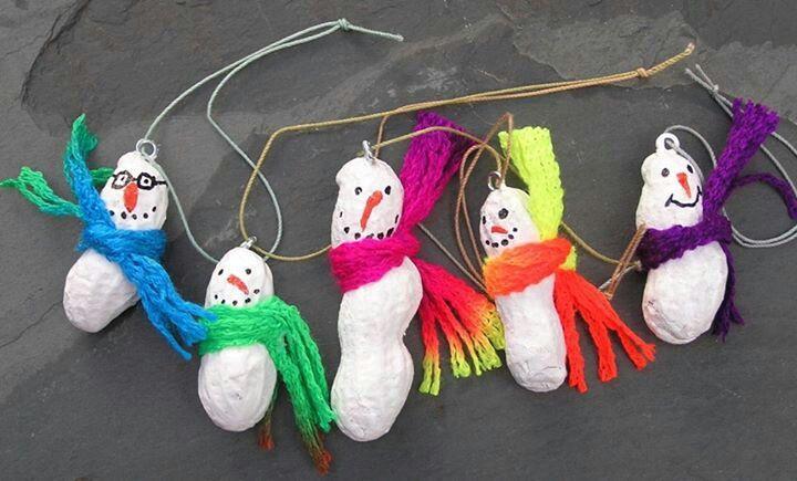 Muñequitos de nieve realizados con cacahuetes para decorar el aula