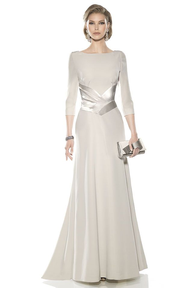 Vestido de madrina largo en doble crepe, mangas francesa, escote cerrado, detalle en la cintura para estilizar la figura y...
