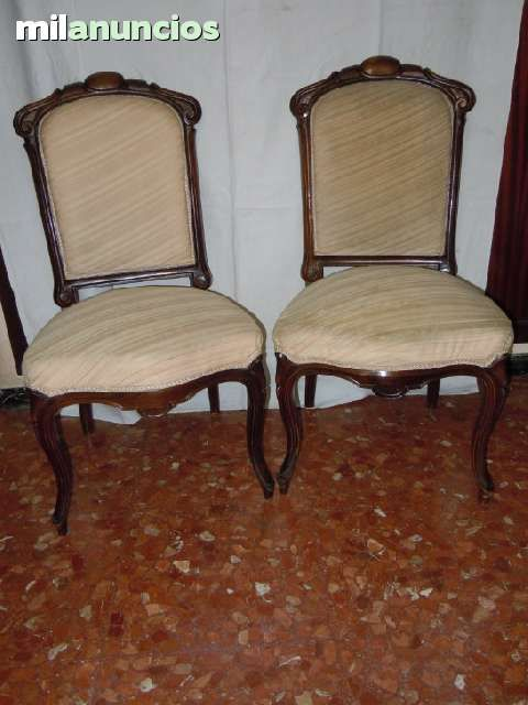 . Pareja de sillas isabelinas de sal�n. Madera nogal.  Altura de la silla por el respaldo 91 cm., altura del asiento a 42 cm.  Se dispone de hasta seis sillas y un sofa de la misma silleria  Conservaci�n:la madera buena, fueron restauradas en los a�os 80 y  solo necesitaria algo de limpieza, se cambiaron muelles, cintas, relleno. La tapicer�a algo rozada, con alguna mancha y algunos desgastes,s/fotos  requeriria ser cambiada