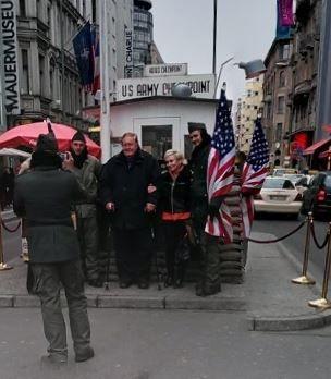 Checkpoint Charlie. was tijdens de verdeling van Berlijn een controlepost op de grens van de Amerikaanse en Russische sector, bij een doorgang in de Berlijnse Muur in de Friedrichstraße.