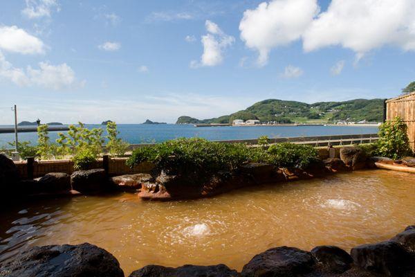 博多港からフェリーで140分、ジェットフォイルで65分「海里村上」がある壱岐島へは、一般的に博多港から九州郵船のフェリー、またはジェットフォイルを利用します。ということから福岡の島と思いがちですが、正式住所は長崎県壱岐市。対馬や五島列島と同