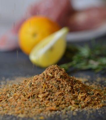 Σε ένα γουδί χτυπάμε το ξύσμα από το πορτοκάλι και το λεμόνι, τα φύλλα δάφνης, το μπαχάρι, το μαραθόσπορο και μία πρέζα αλάτι.