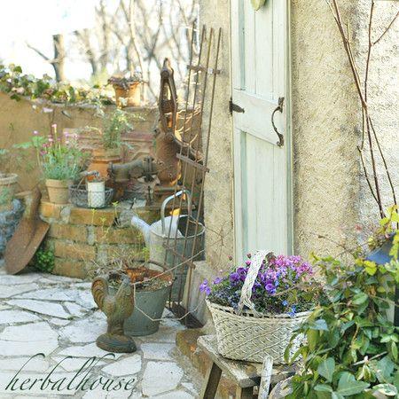 お花とハーバル小屋: 小さな幸せ