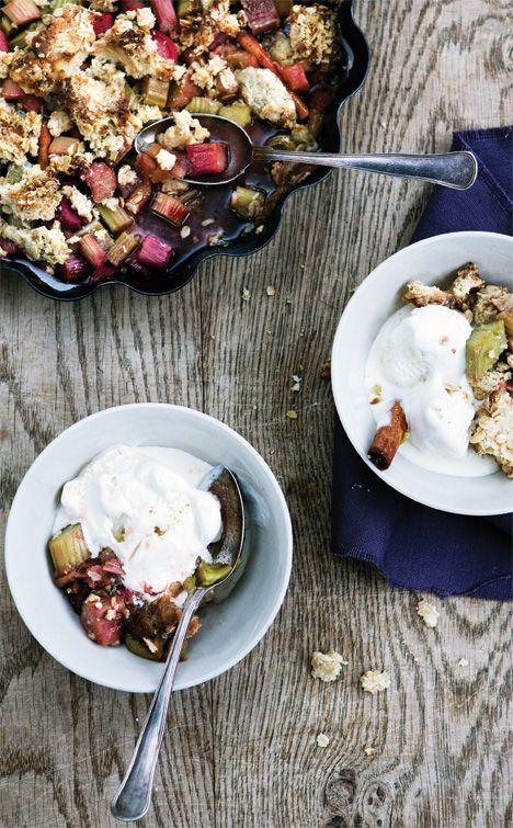 Rabarbercrumble med marcipan og havregryn - Gastro