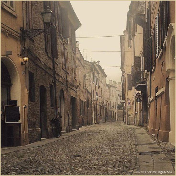 Ferrara come una volta. La #PicOfTheDay #turismoer di oggi passeggia per i vicoli storici della città estense. Complimenti e grazie a @genio87 / Old-fashioned #Ferrara. Today's #PicOfTheDay #turismoer strolls through the ancient alleys of the Este city. Congrats and thanks to @genio87