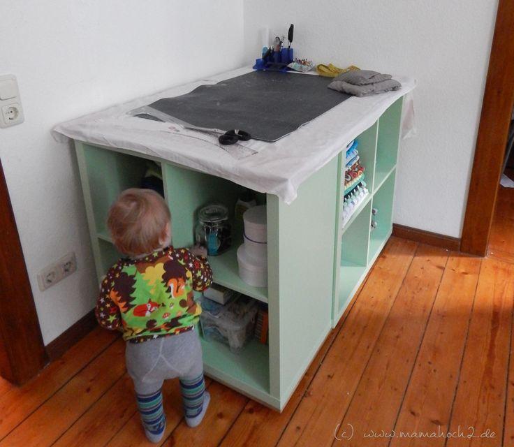 Ein DIY Nähtisch ist eine wunderbare Lösung bei wenig Platz und viel Stoff. Durch Ikea-Hacks lässt sich aus Kallaxregalen ein richtiger Allrounder zaubern.