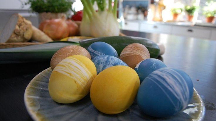 Kauniit ja turvalliset värisävyt syntyvät helposti keittiöstä löytyvistä aineksista. Jos värjätyt pääsiäismunat aikoo syödä, on hyvä, että niissä ei ole turhia kemikaaleja. Hanki siis luonnonmukaisia raaka-aineita ja kokeile tänä pääsiäisenä uusia munanvärjäystapoja!