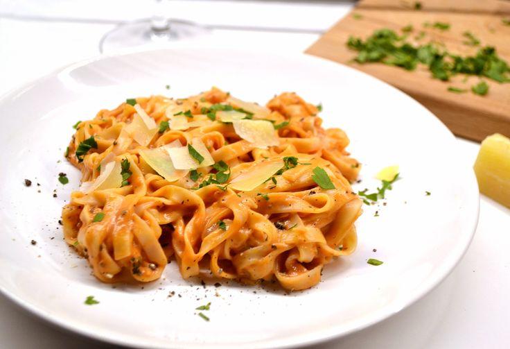 Vilámgyors tejszínes-paradicsomos tészta recept: Nagyon gyorsan elkészíthető vacsoraötlet. A szósz gyakorlatilag bármilyen tésztához jól passzol, legyen az spagetti, linguine, vagy akár masni tészta. A paradicsomos íz megmarad, de kicsit lágyítva van tejszínnel is, így lágyabb, krémesebb ízvilágot kapunk.