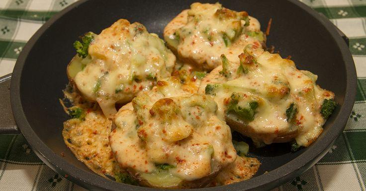 Cheddar sajtos töltött krumpli - Ennél egyszerűbb, mégis laktató vegetáriánus ételt már el sem tudunk képzelni. A krumplik tetejére csorgatott sajtszószt egy vaj nélküli besamelhez is hasonlíthatjuk, ami krémes állagával csodássá teszi a vacsorát. A brokkoli rengeteg C-, A-, B- és E-vitamint tartalmaz.