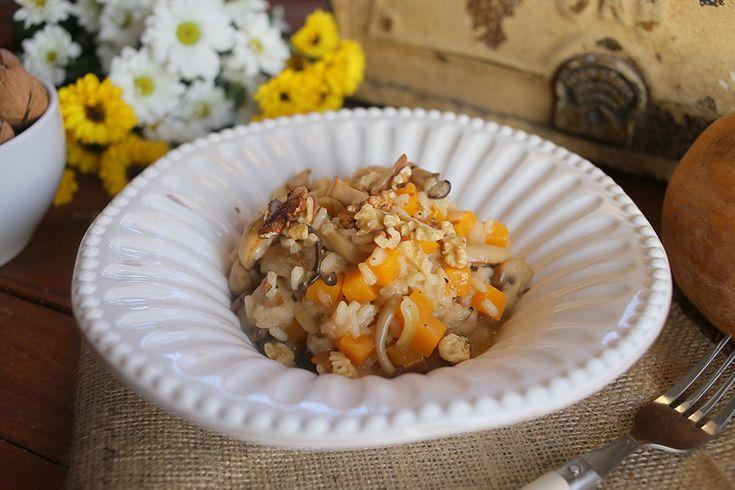 Izgalmas gombák, sütőtök, dió és egy krémes rizottó, hát ez csak is valami nagyon finom lehet. Egy meleg egytálétel, amit nem lehet megunni, higgyétek el, hogy érdemes vagy 20 percig kavargatni azt a rizottó rizst, mert az eredmény felülmúlhatatlan. Sütőtökös rizottó Hozzávalók (2 főre): 2…