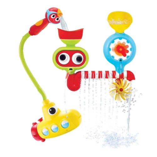 Ce jeu de bain est un sous-marin relié à une douchette que l'enfant plonge au fond de la baignoire. En actionnant cette douchette, l'eau coule dans les entonnoirs de la station. L'enfant découvre plusieurs jeux d'eau amusants : un moulin, des cascades et des surprises à découvrir. Cette station sous-marine regroupe de nombreuses activités pour s'amuser dans l'eau. Avec elle, l'enfant développe la précision de ses gestes et expérimente la relation cause à effet.