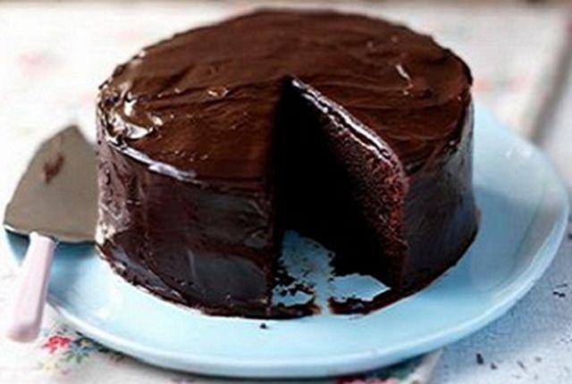 Receita de Bolo de Chocolate Húmido com Cobertura | Doces Regionais